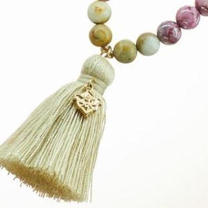 Boho Deluxe Kette mit Perlen aus vergoldetem Sterlingsilber, Afrika Jaspis, Holz (beige) und Quaste.