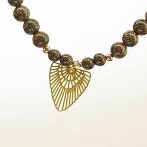 Boho Deluxe Kette mit Perlen aus vergoldetem 925 Sterlingsilber, Lava, Holz (braun) und Anhänger.