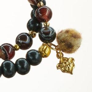 Mala Armband zweifach auf Elastikband mit Perlen aus vergoldetem 925 Sterlingsilber, 8mm Band Achat, 8mm Holz (schwarz) und Pompom in Leo-Optik